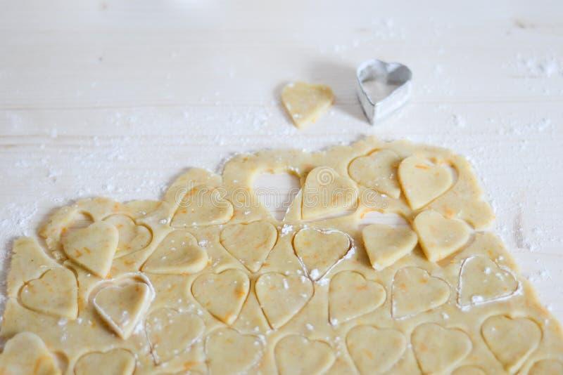 Hart gevormd koekjesdeeg stock foto