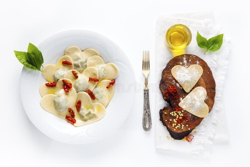 Hart gevormd voedsel Heerlijke Ravioli Vers eigengemaakt gekookte I stock afbeelding