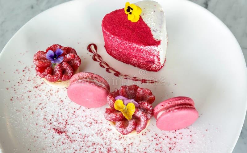 Hart gevormde aardbeicake met roze makarons - de desserts van de kaastaartenliefde stock foto's