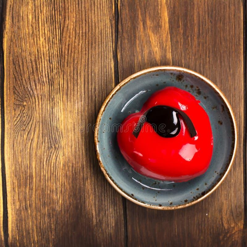 Hart gevormde cake voor valentijnskaartendag of verjaardag stock afbeeldingen