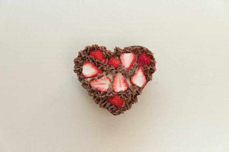 Hart gevormde chocoladecake met aardbeien Ruimte voor tekst stock fotografie