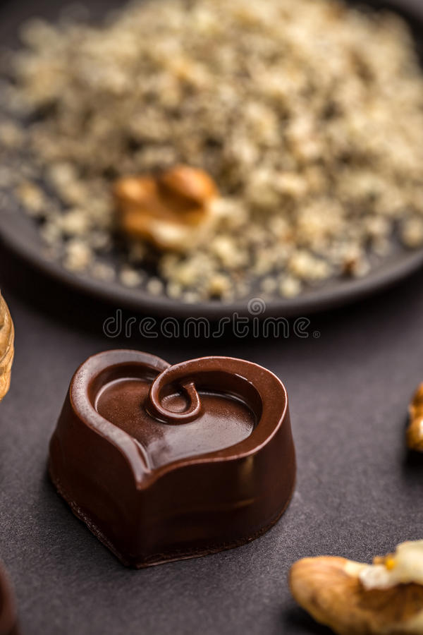Hart gevormde chocoladepralines stock afbeeldingen
