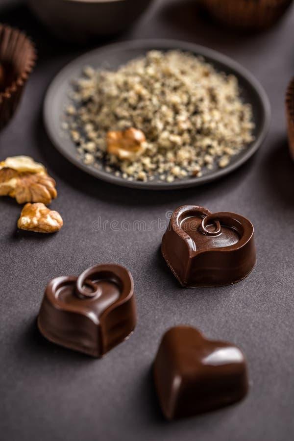 Hart gevormde chocoladesnoepjes royalty-vrije stock afbeelding