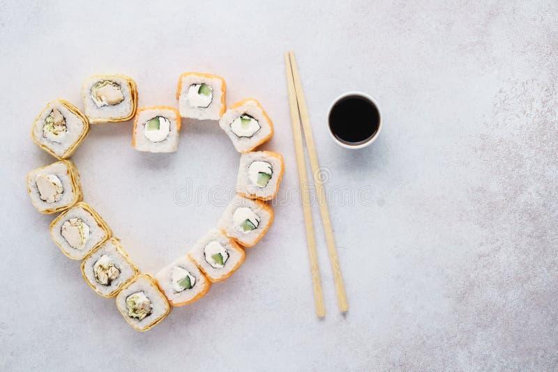 Hart gevormde de sushibroodjes van Philadelphia voor de Dag van Valentine stock foto