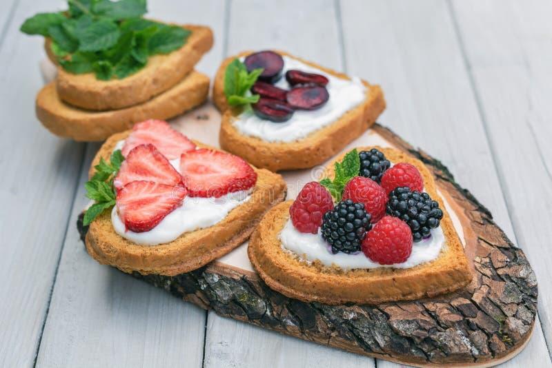 Hart gevormde die koekjes met quark, aardbeien worden uitgespreid, blackberr stock afbeeldingen