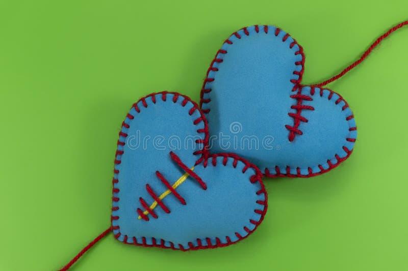 Hart gevormde hand gestikte textielharten royalty-vrije stock fotografie