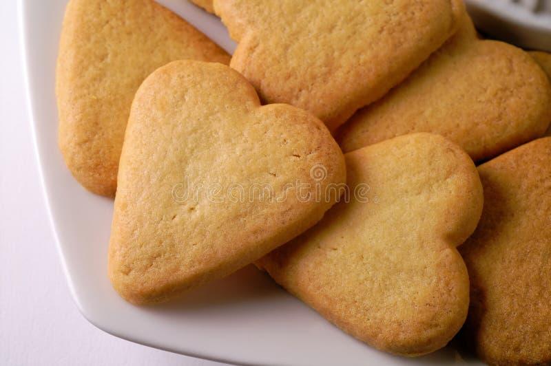 Hart gevormde koekjes in een schotel stock afbeelding