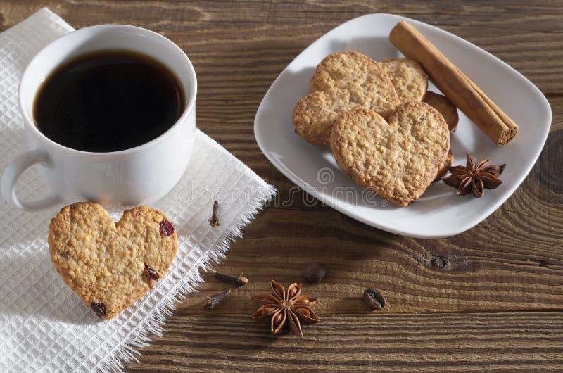 Hart gevormde koekjes, koffie en de winterkruiden royalty-vrije stock foto's