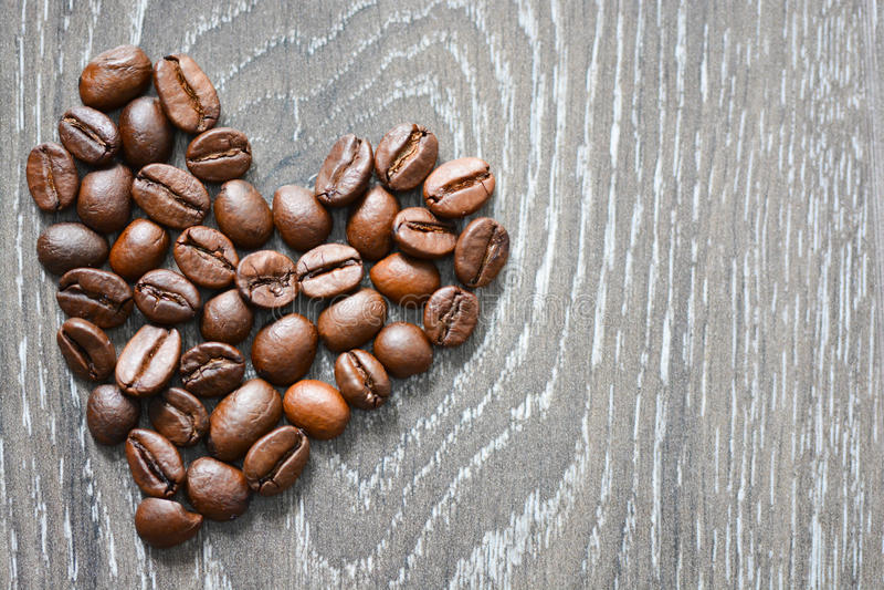 Hart gevormde koffiebonen die koffieverslaving voorstellen stock foto's