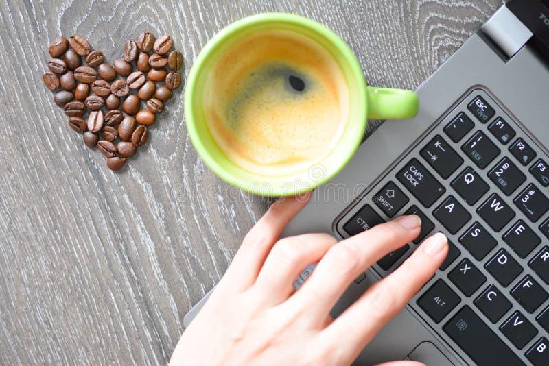 Hart gevormde koffiebonen die koffieverslaving voorstellen royalty-vrije stock afbeelding