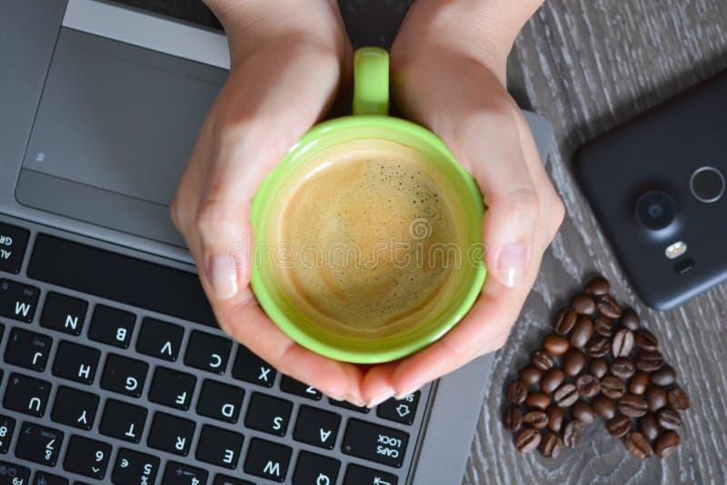 Hart gevormde koffiebonen die koffieverslaving voorstellen stock fotografie