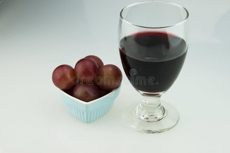 Hart gevormde plaat, druiven, rode wijn, wijnglas stock afbeeldingen