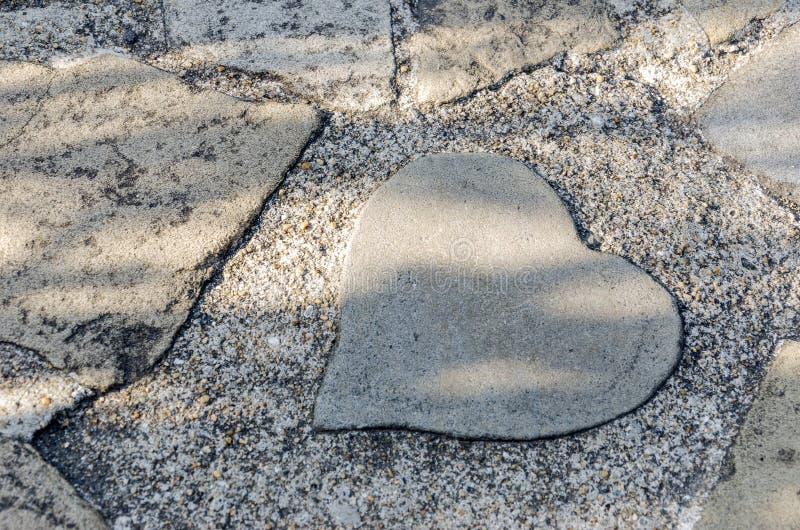 Hart gevormde rots ter plaatse in het park stock fotografie