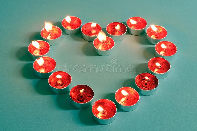 Hart gevormde vlammende rode tealightkaarsen royalty-vrije stock foto's