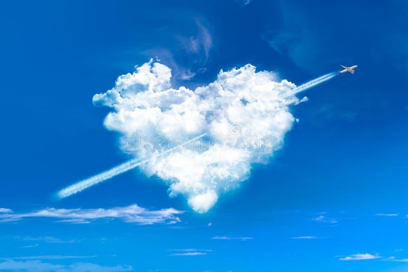 Hart gevormde wolken in blauwe hemel stock afbeeldingen