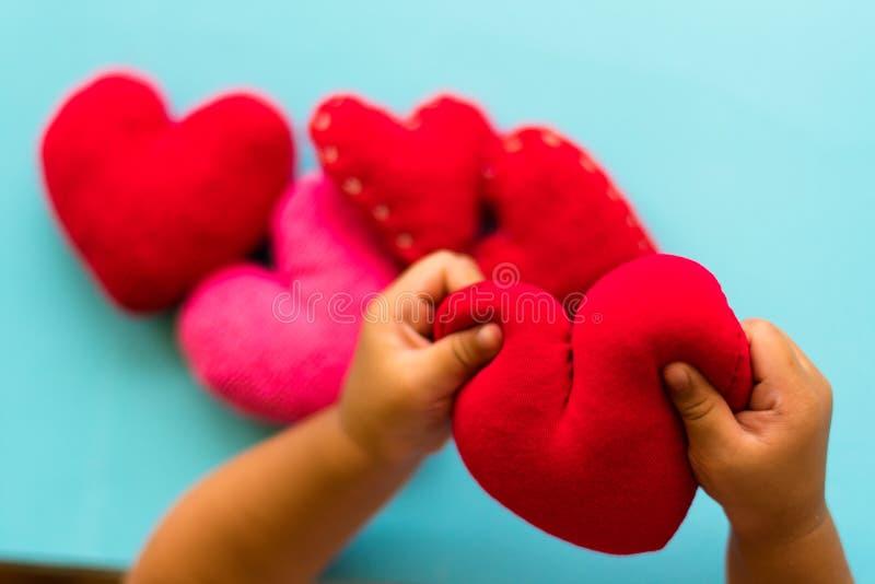 Hart in handen op onze hartachtergrond royalty-vrije stock foto's