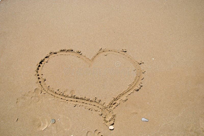 Hart in het zand stock afbeeldingen