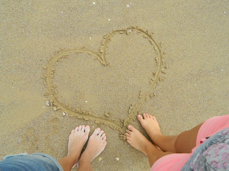 Hart in het zand stock afbeelding
