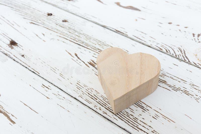 Hart houten doos op wit hout royalty-vrije stock afbeeldingen