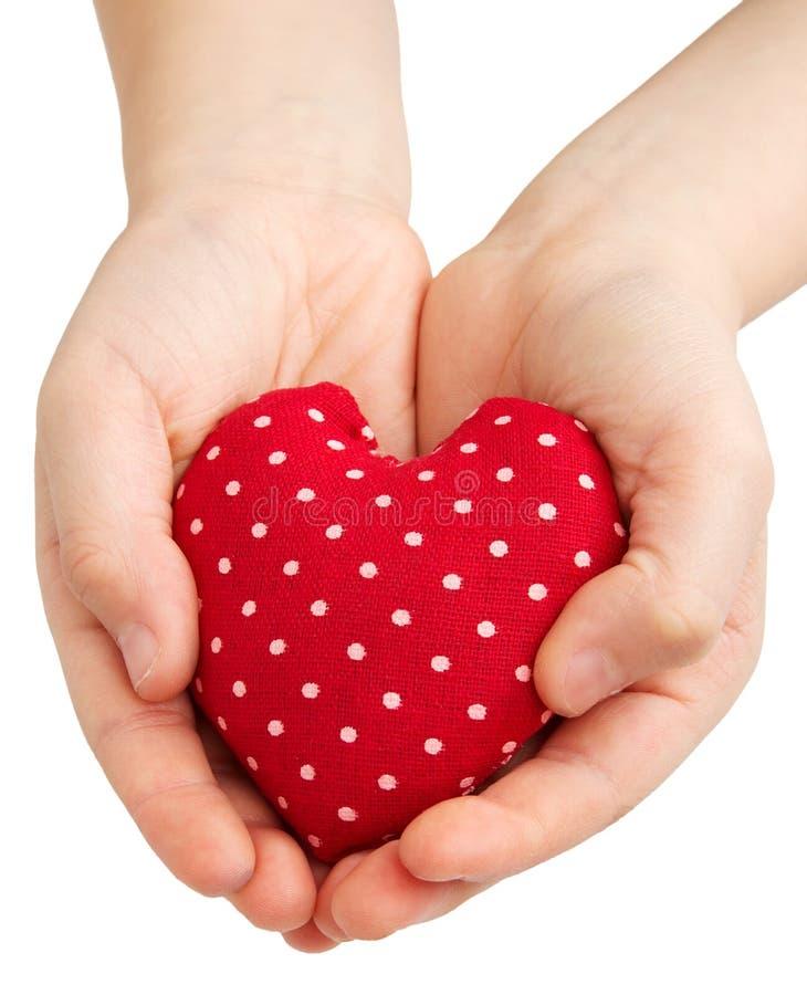Hart in kindhanden stock afbeelding