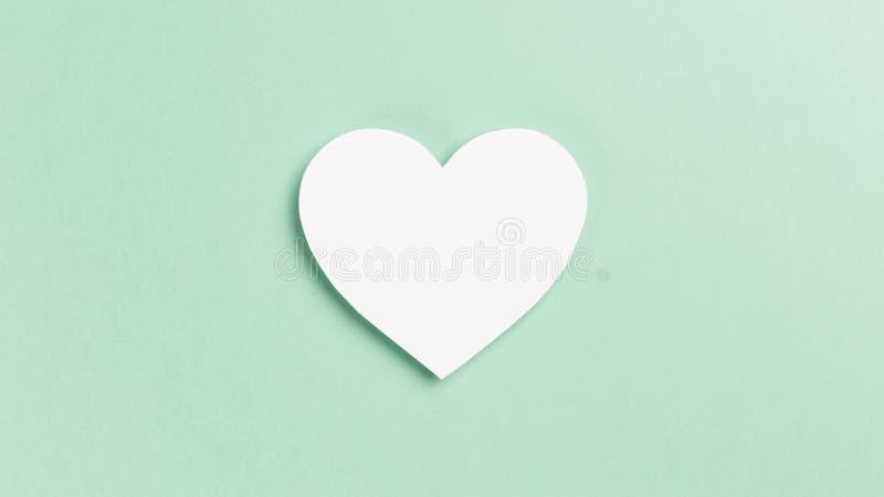 Hart met confettien op Muntachtergrond stock foto's