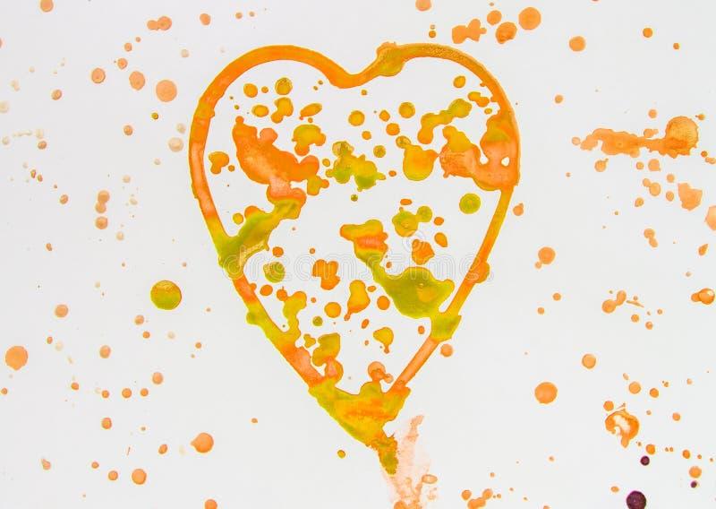 Hart met leuke plonsen van gouden en oranje waterverf op witte achtergrond, patroon, geschilderde hand royalty-vrije stock foto