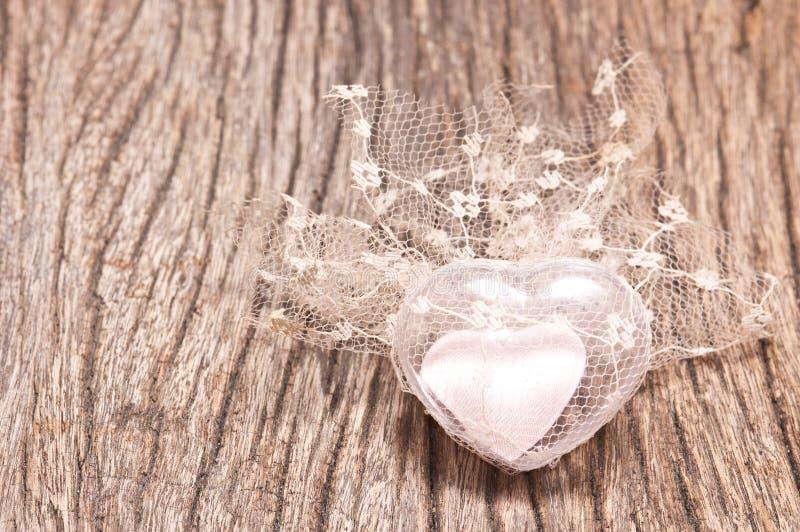 hart op hout voor de achtergrond van de Valentijnskaartendag stock foto's