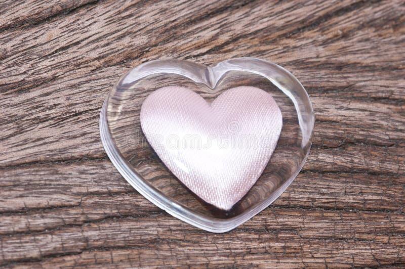 hart op hout voor de achtergrond van de Valentijnskaartendag royalty-vrije stock fotografie