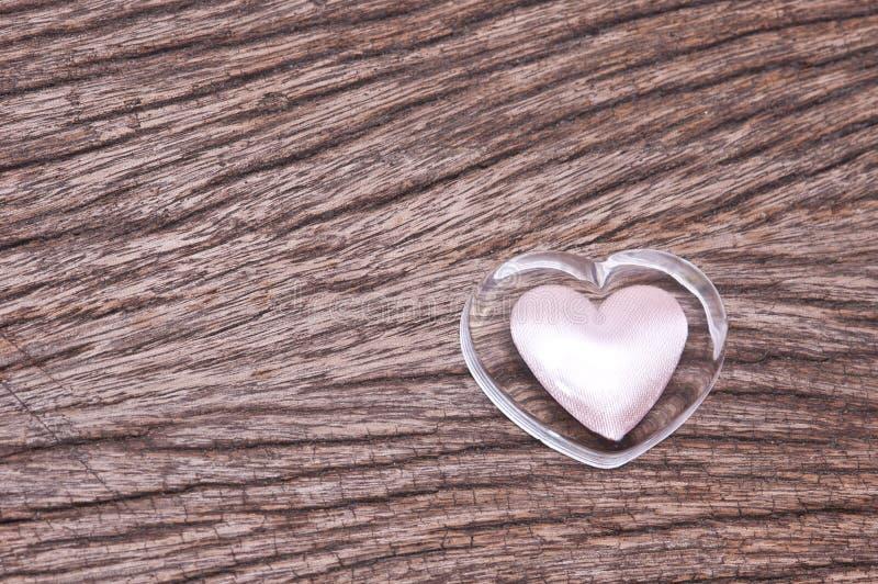 hart op hout voor de achtergrond van de Valentijnskaartendag royalty-vrije stock afbeelding