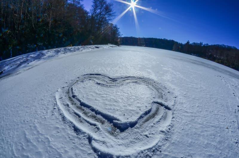 Hart op sneeuw op meer wordt geschetst dat stock afbeeldingen