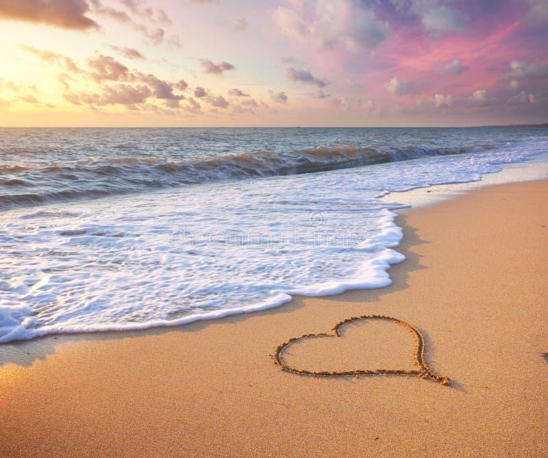 Hart op strand stock afbeeldingen