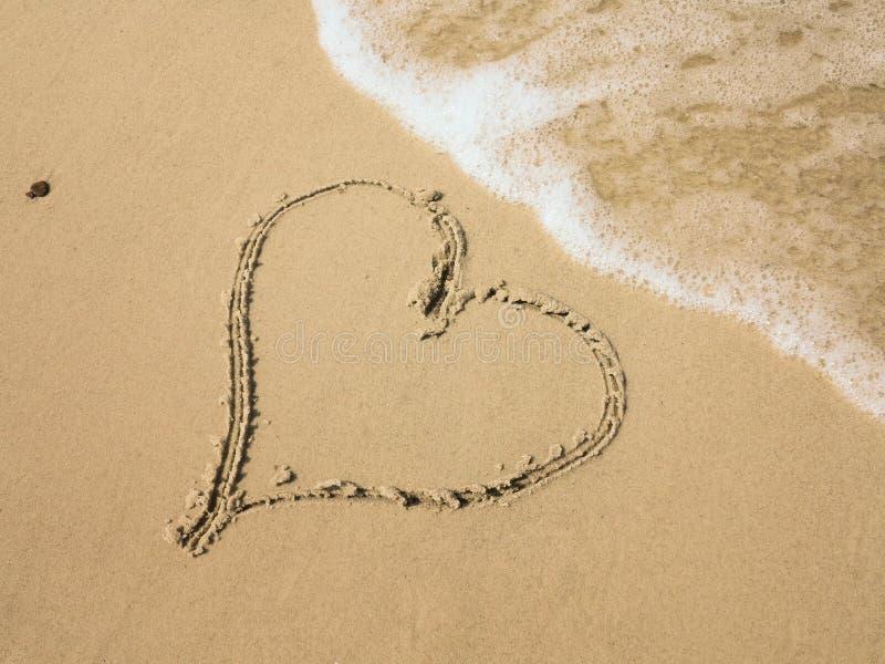 Hart op strand stock afbeelding
