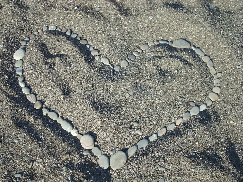 Hart op zand van stenen royalty-vrije stock afbeeldingen
