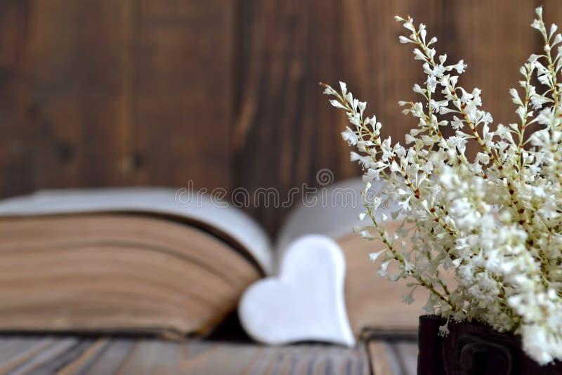 Hart, oude boek en bloemen stock afbeelding