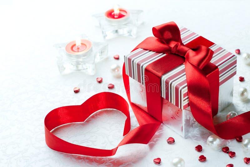Hart van het de doos het rode lint van de Gift van de Dag van de Valentijnskaart van de kunst royalty-vrije stock foto's