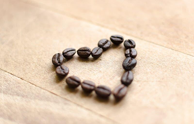Hart van koffiebonen die wordt gevormd stock afbeeldingen