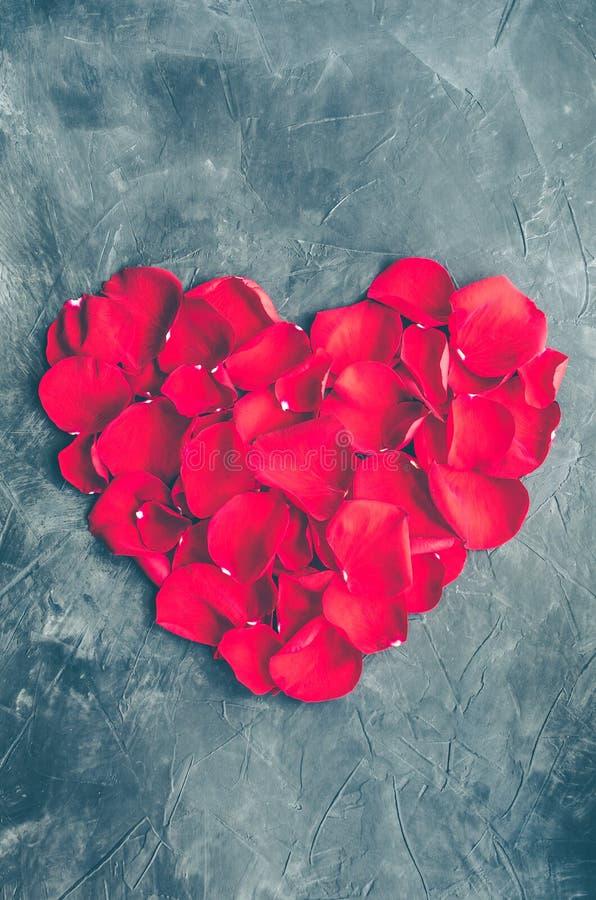 Hart van rode bloemblaadjes wordt gemaakt dat royalty-vrije stock afbeelding