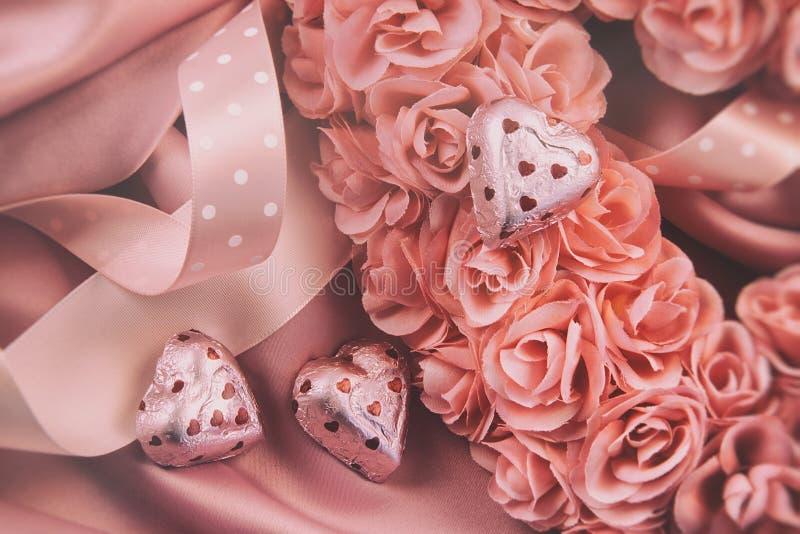 Hart van roze rozen met linten wordt gemaakt dat royalty-vrije stock foto's