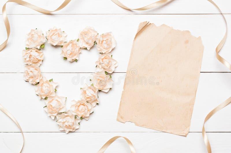 Hart van rozen en document blad met lege copyspace wordt gemaakt die stock afbeelding