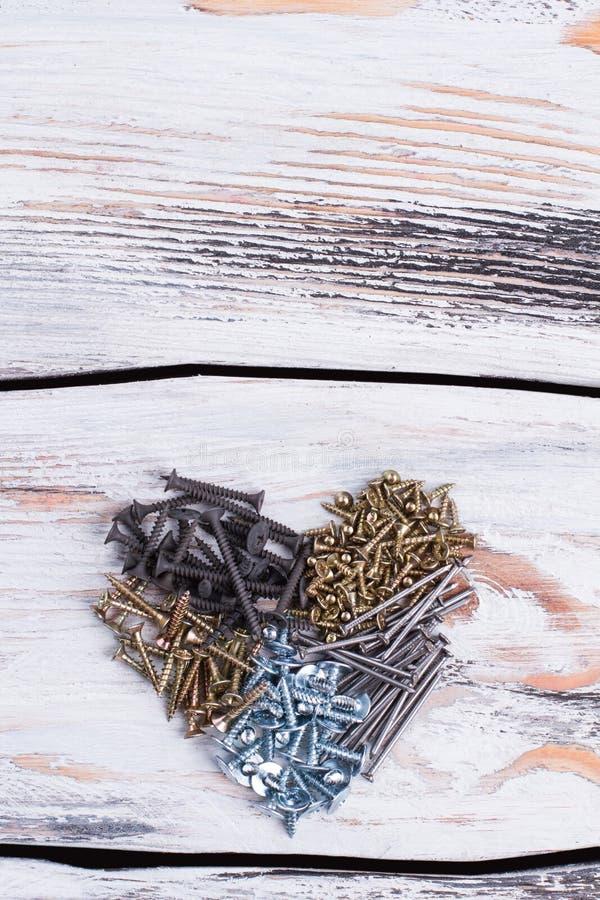 Hart van schroeven op houten achtergrond stock foto