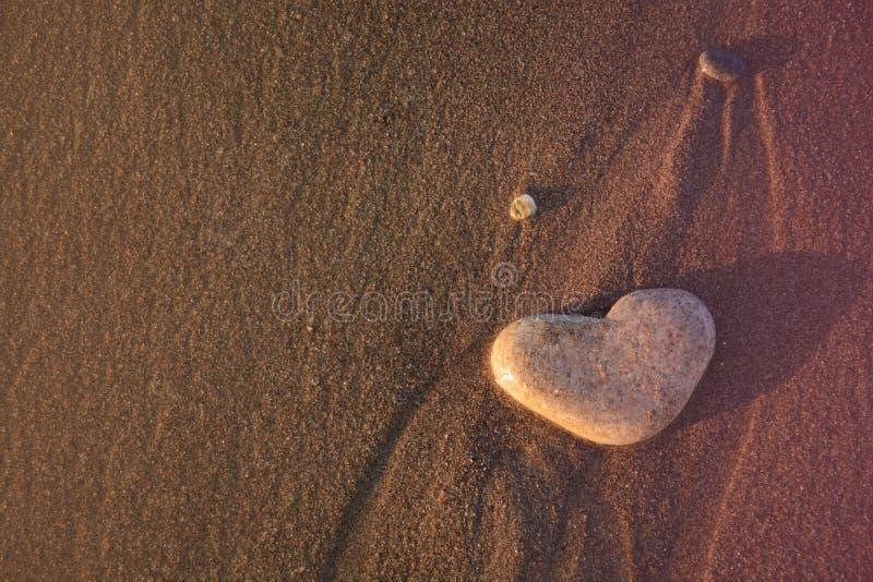 Hart van steen op het kiezelsteenstrand Het concept van de liefde De achtergrond van valentijnskaarten royalty-vrije stock foto