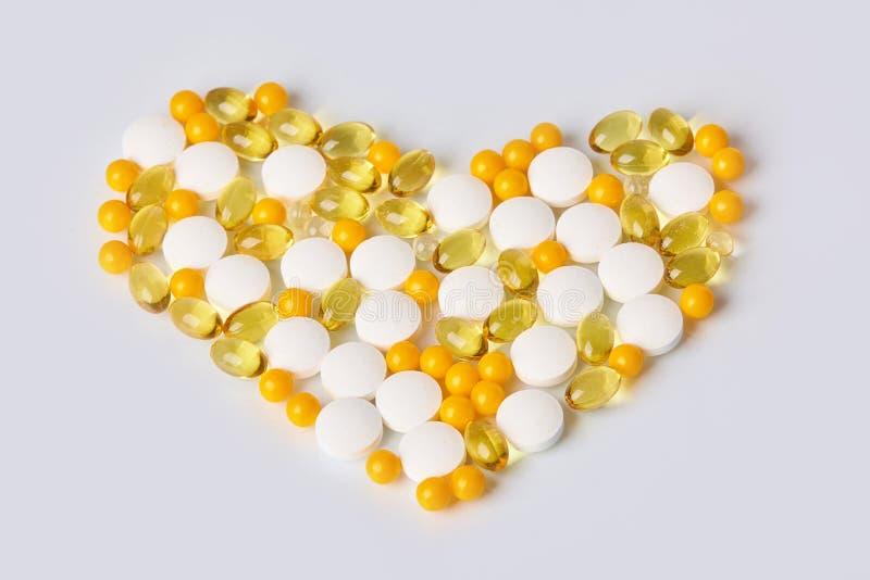 Hart van verschillende geneesmiddelen wordt gemaakt dat Geïsoleerdj op witte achtergrond royalty-vrije stock foto's