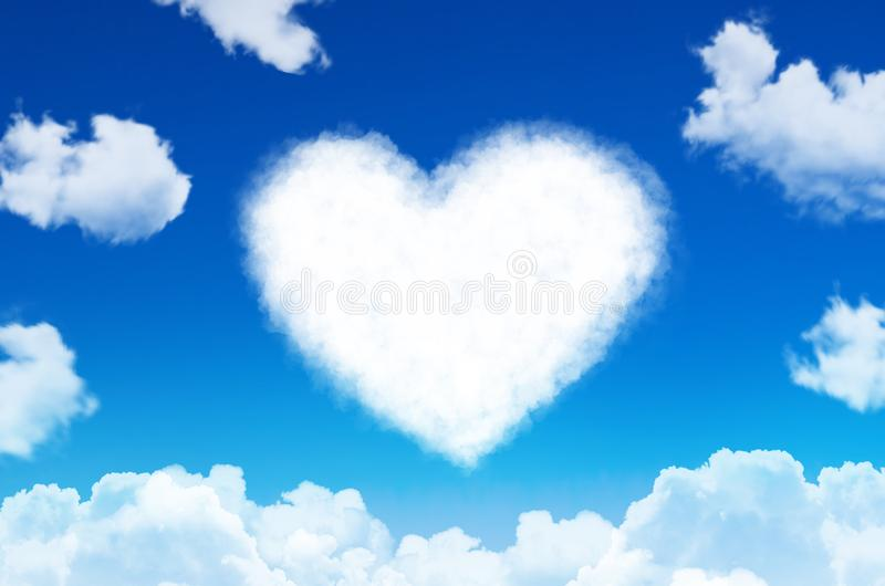 Hart van wolkensymbool van liefde op blauwe hemel royalty-vrije stock foto