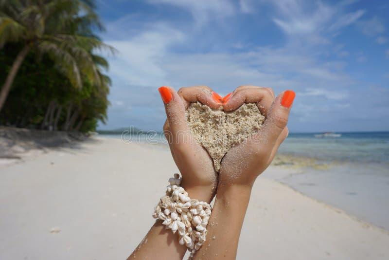 Hart van zand in het strand wordt gemaakt dat stock foto
