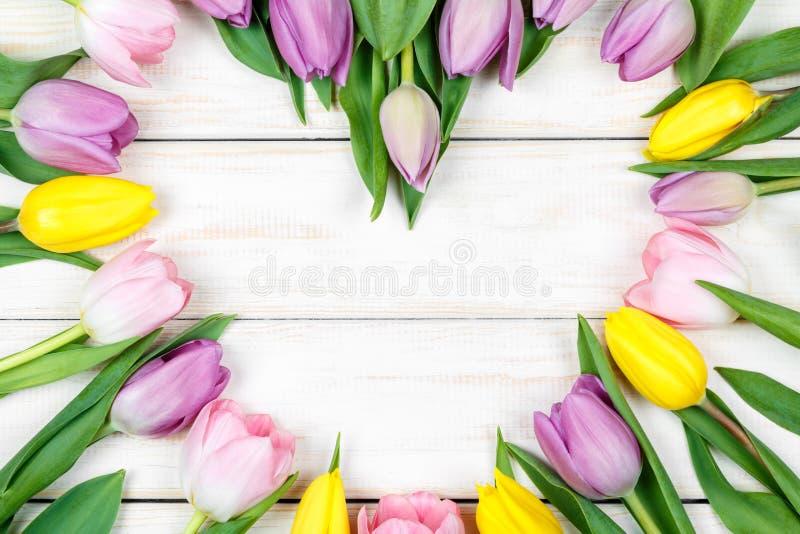 Hart-vormig boeket van tulpen op een witte houten achtergrond royalty-vrije stock foto's