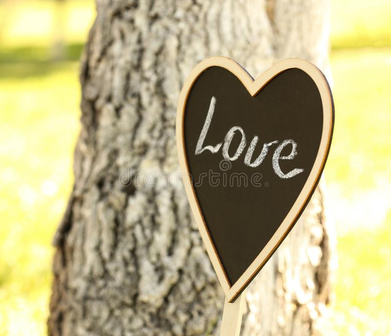 Hart-vormig bord als huwelijk in openlucht stock afbeelding
