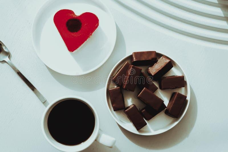 Hart-vormig Dessert met Snoepjes en Koffie stock foto