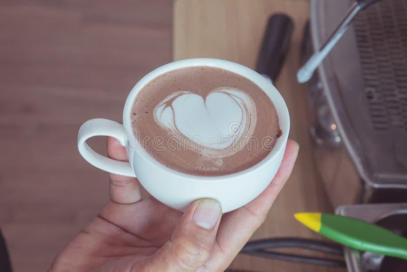 Hart-vormig latte art. stock afbeeldingen