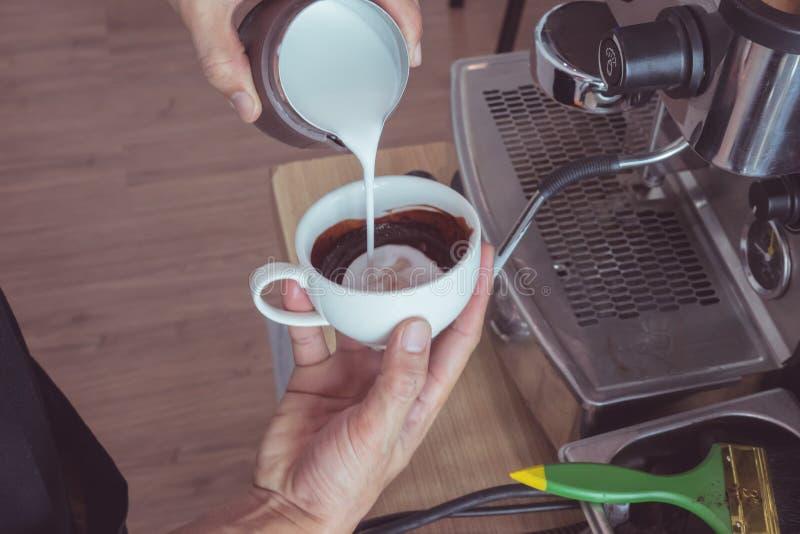 Hart-vormig latte art. stock afbeelding