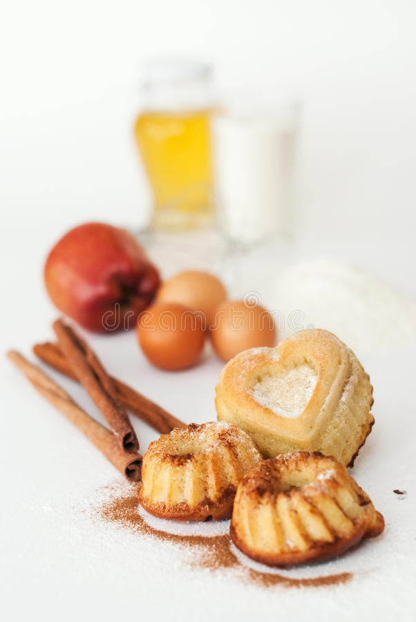 Hart-vormige cake en ingrediënten stock foto's